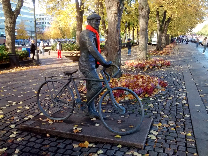 Oslo statue with scarf